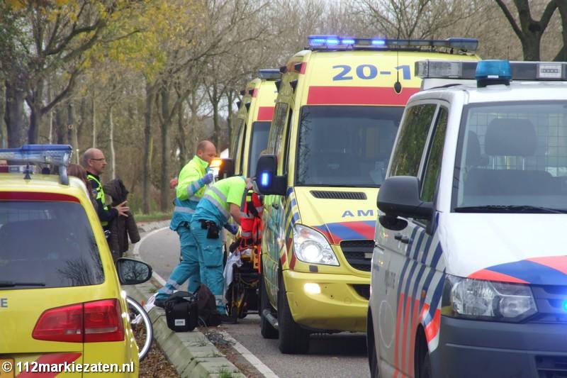 Bromfietsster en fietsster komen met elkaar in botsing Halsteren