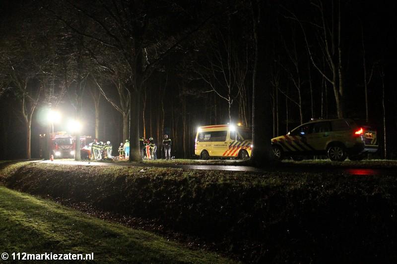 Auto crasht tegen boom in Halsteren, bestuurder meer dan een uur bekneld