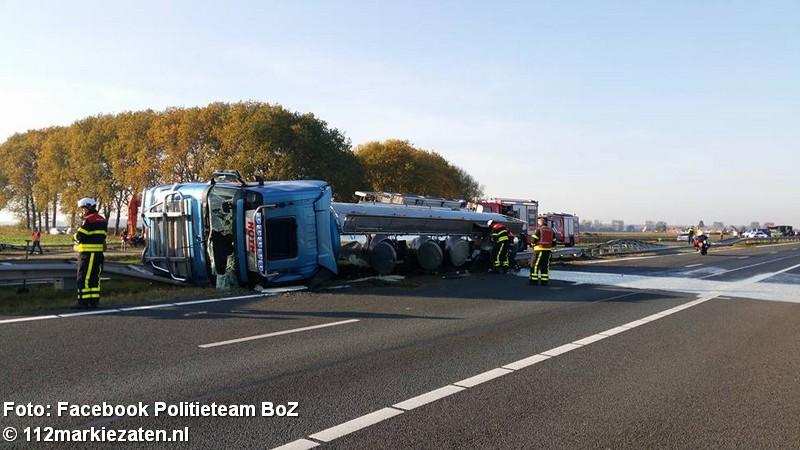 Vrachtwagen met ananassap kanteld op de A4 bij Woensdrecht