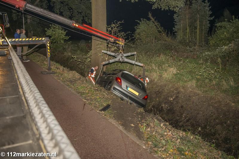 Gestolen auto in de sloot in Halsteren, grote zoekactie naar inzittenden