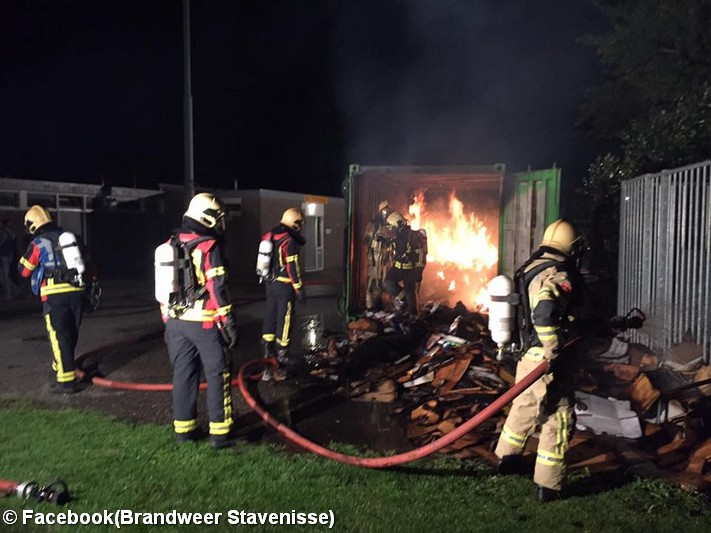 Grote vlammen bij brand in papiercontainer in Stavenisse