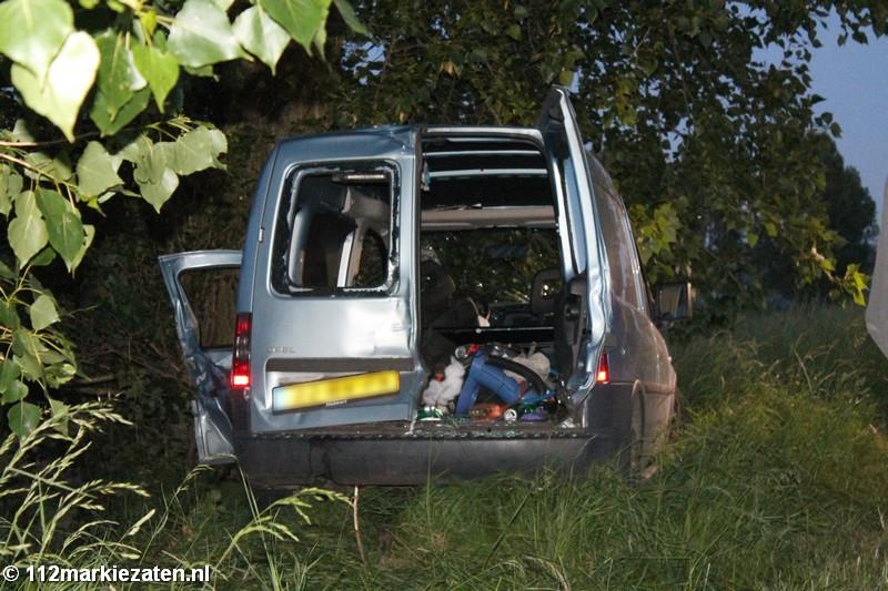 Bestuurder bekneld na aanrijding tegen boom in Stavenisse