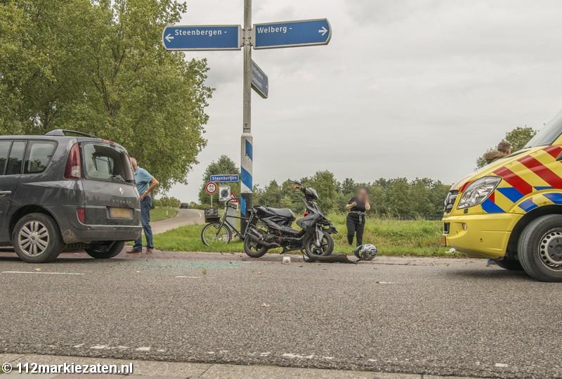 Scooter klapt achterop auto in Steenbergen, bestuurster naar ziekenhuis