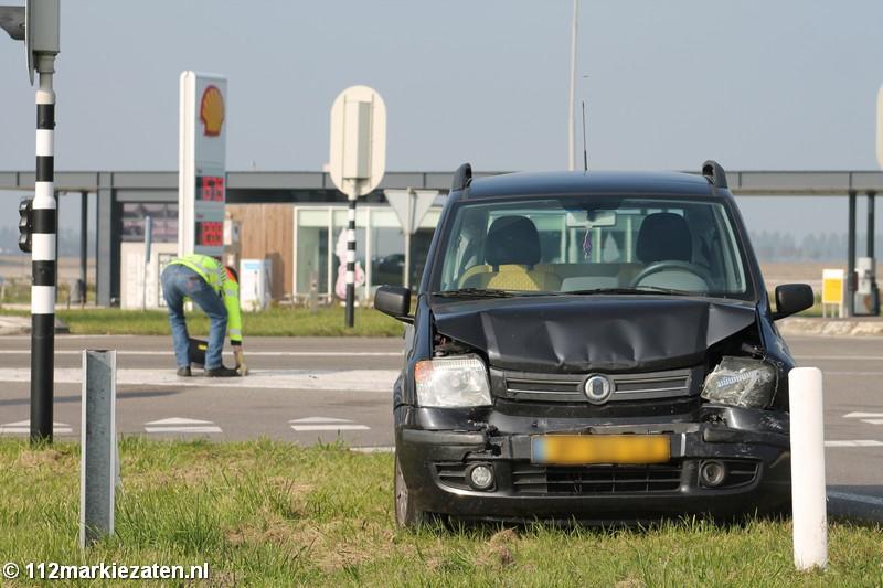 Aanrijding bij de stoplichten bij Tholen, automobilist naar ziekenhuis