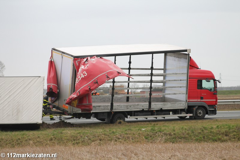 Aanhanger van vrachtwagen geschaard op de A4 bij Woensdrecht