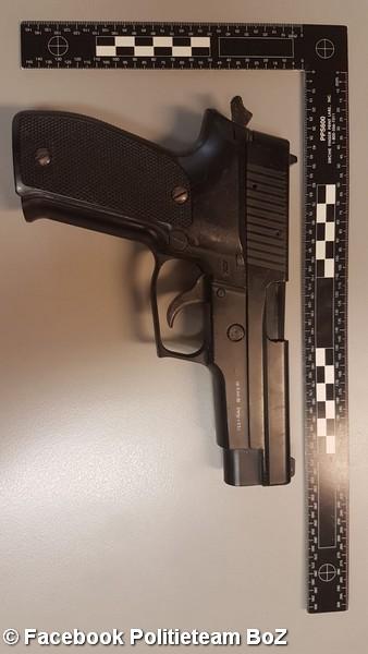 Jongens (13 en 15) aangehouden na achtervolging op gestolen scooter,vuurwapen aangetroffen