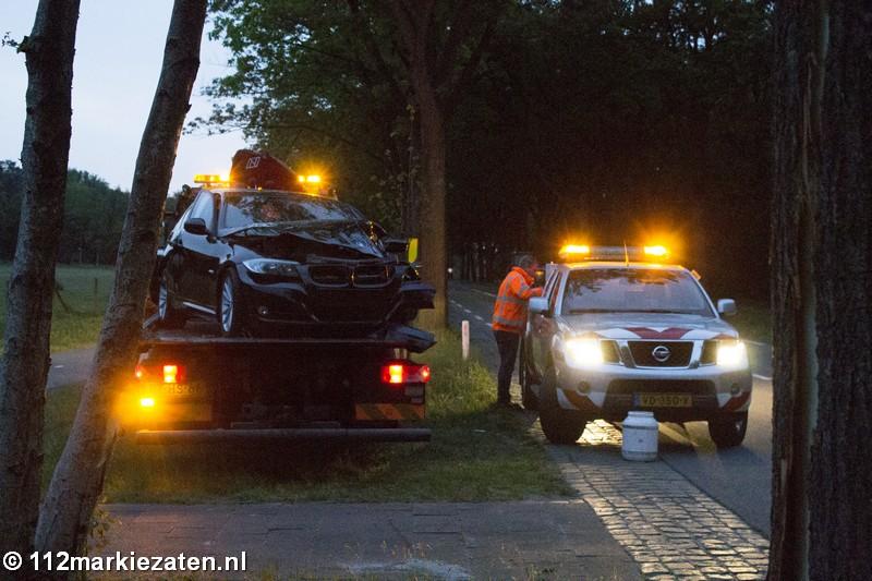 Auto tegen boom op de Putseweg in Ossendrecht