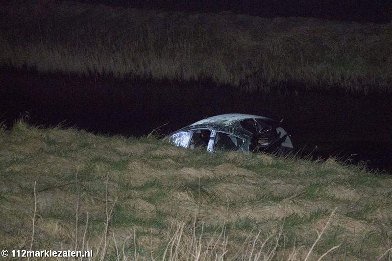 Automobilist rijdt het water in aan de Poortvlietsedijk bij Scherpenisse