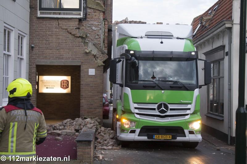 Vrachtwagen ramt gevel van hotel in Sint-Maartensdijk