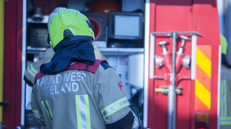 Weer brandstichting in Steenbergen, brandweer blust de brand