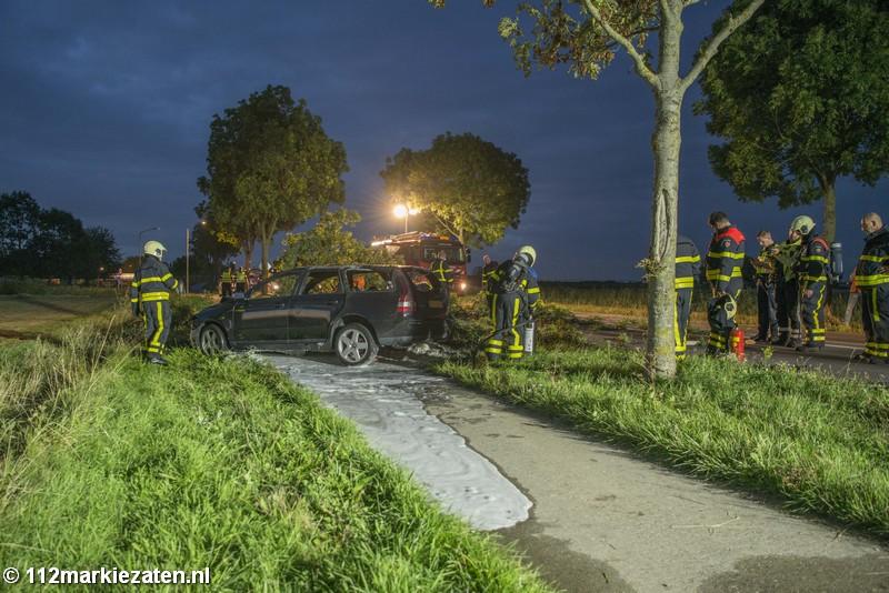 Auto rijdt tegen boom bij Steenbergen, boom breekt af en auto vliegt in brand