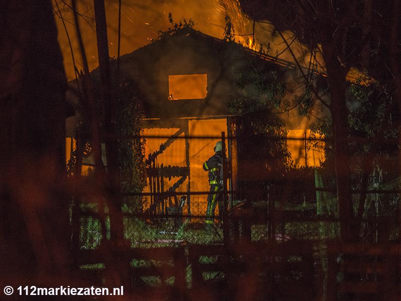 Gewonde bij uitslaande brand in Steenbergen, tuinhuis volledig in brand