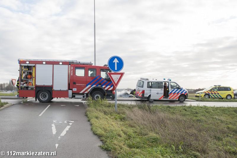 Auto vliegt in brand na ongeval op de afrit A4 bij Steenbergen
