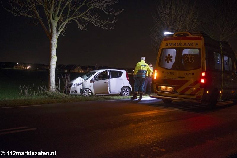 Gewonde bij eenzijdig ongeval bij Tholen, auto ramt boom