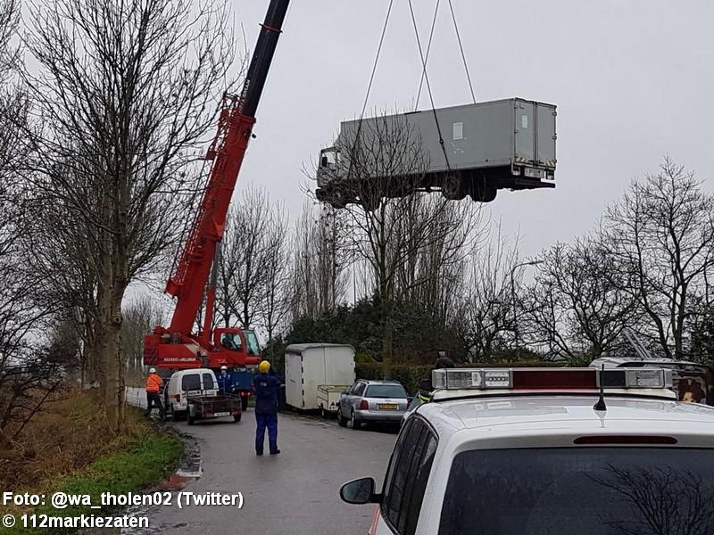 Hennepkwekerij in vrachtwagen op woonwagenkamp Tholen