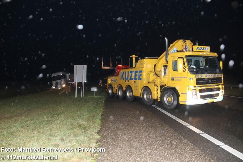 Vrachtwagen vast in berm op de A58 tussen Rilland en Hoogerheide
