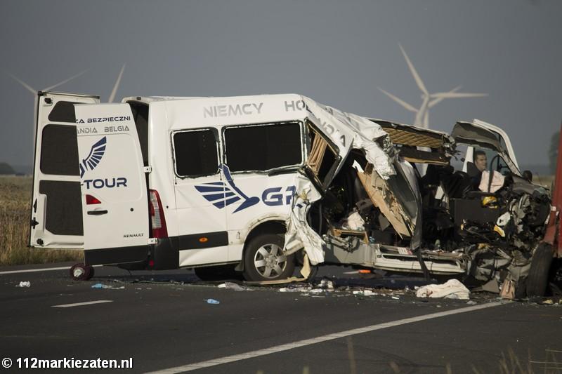 Negen gewonden bij ernstig ongeval tussen vrachtwagen en auto bij Woensdrecht