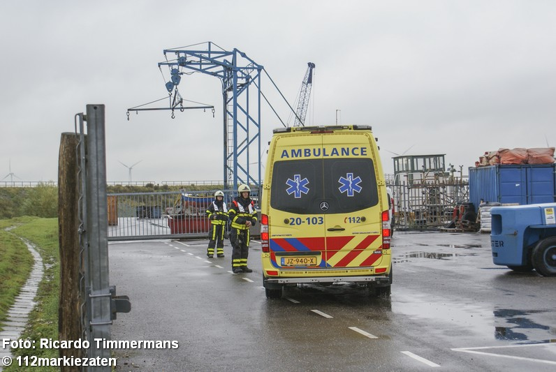 Boot vaart tegen rotsblok op Hollands Diep , brandweer ingezet