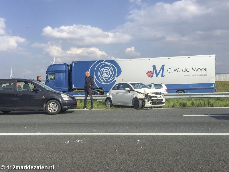 Automobilist botst met auto tegen de vangrail op de A4 bij Dinteloord
