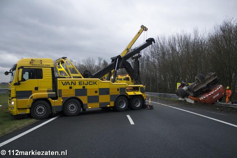 Graafmachine valt van vrachtwagen op A29, verbindingsweg afgesloten