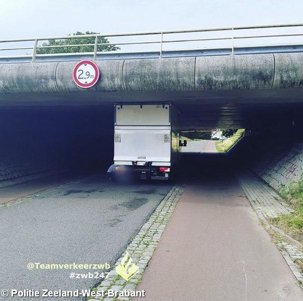Vrachtwagen rijdt zich klem onder viaduct Hoogerheide