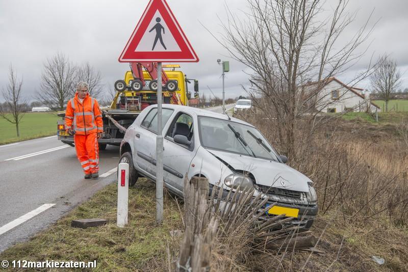 Automobilist belandt in het water naast de Oud-Vossemeersedijk bij Oud-Vossemeer