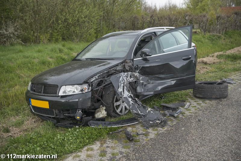 Veel schade na aanrijding tussen twee auto's in Oud-Vossemeer