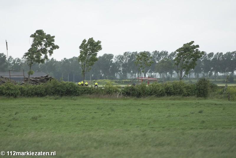 Brandweer blust brand bij boerderij in  Poortvliet