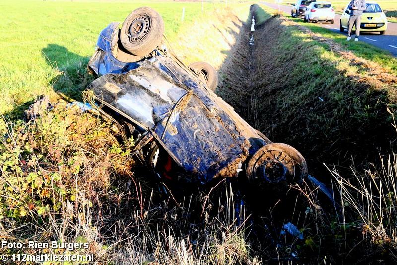 Auto in sloot bij Poortvliet: twee gewonden
