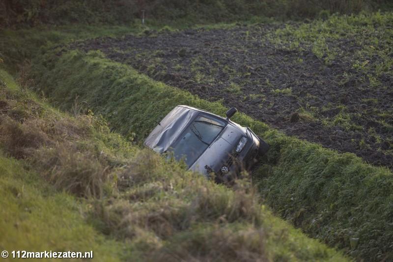 Auto belandt onderaan dijk na eenzijdig ongeval bij Sint-Annaland