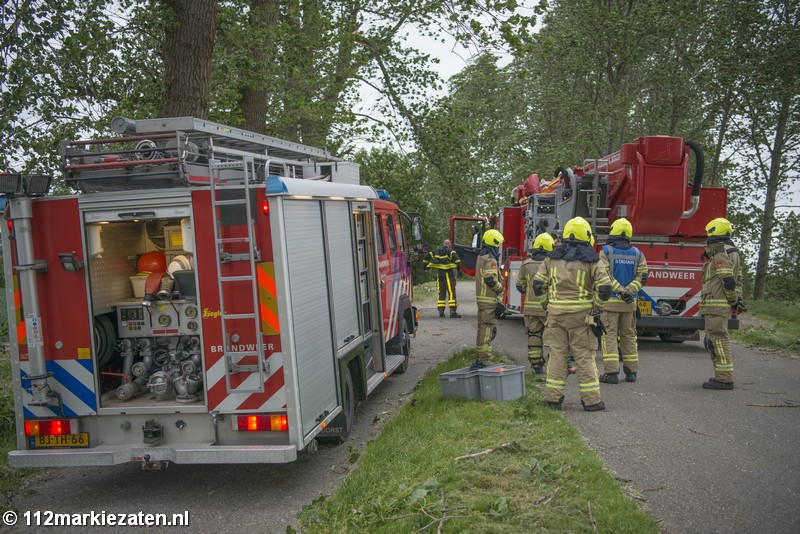 Opnieuw onstuimige dag voor de boeg; brandweer verwijdert gevaarlijk hangende tak in Sint-Annaland