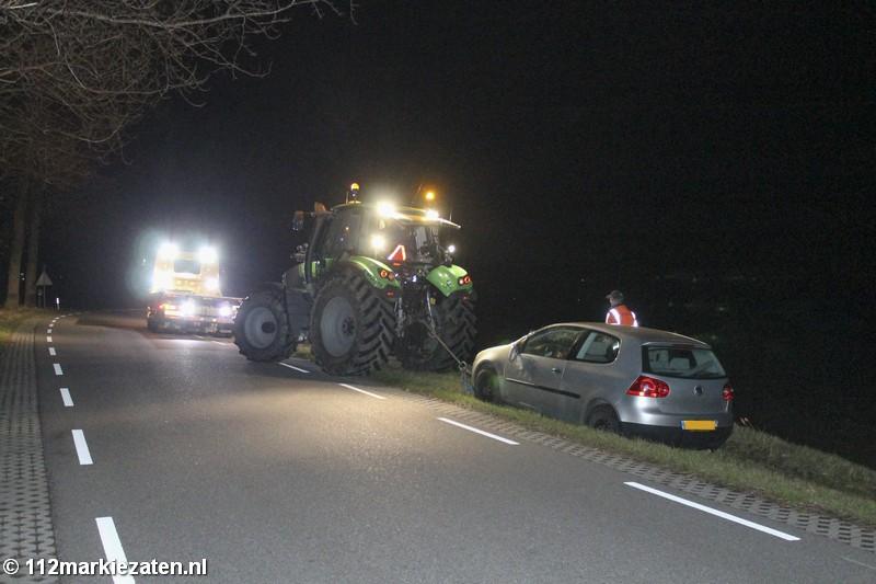 Auto van de dijk tussen Sint-Annaland en Stavenisse, bestuurder spoorloos