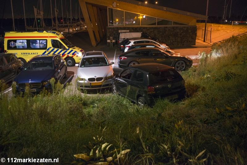 Auto rijdt van dijk en eindigt tegen geparkeerde auto in Sint-Annaland