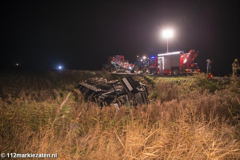 Vrachtwagen op zijn kant in de sloot bij Sint-Annaland