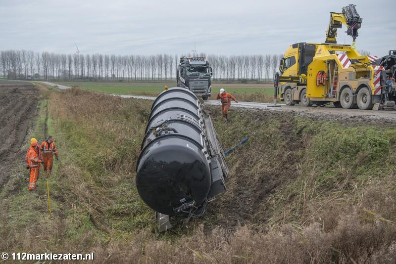 Vrachtwagen van ongeval bij Sint-Annaland geborgen