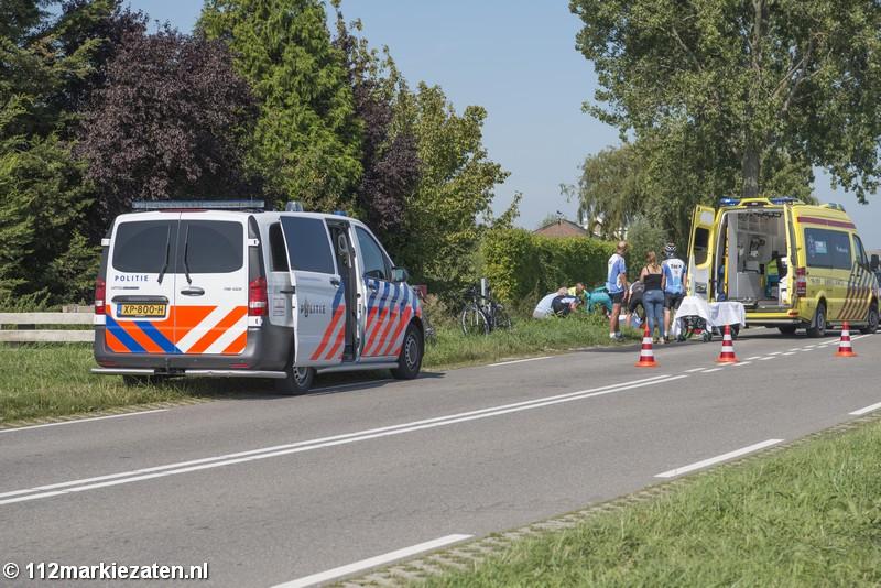 Wielrenner geschept door automobilist bij Sint-Annaland, weg afgesloten