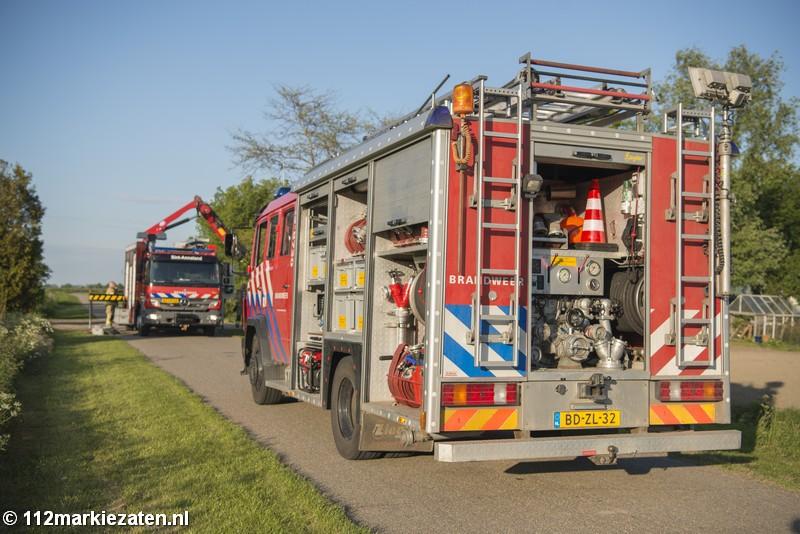 Brandweer haalt paard uit de sloot in buitengebied Sint-Maartensdijk