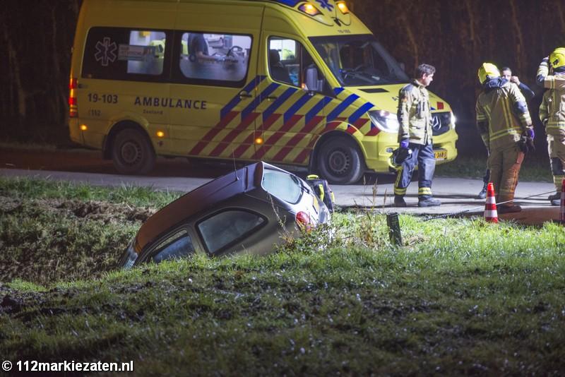 Auto in de sloot na eenzijdig ongeval bij Stavenisse