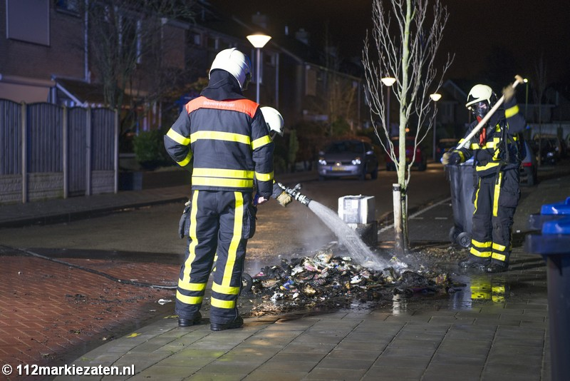 Opnieuw brand in Steenbergen-Zuid; rij papiercontainers in vlammen op