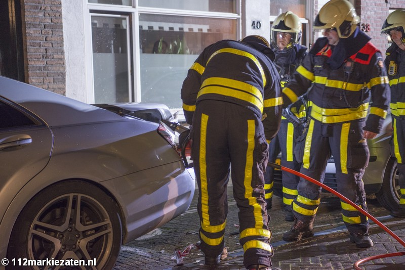 Auto bijna volledig uitgebrand in Steenbergen, woningen en auto beschadigd