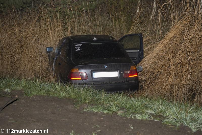Auto in de sloot langs Oesterdam bij Tholen; geen gewonden