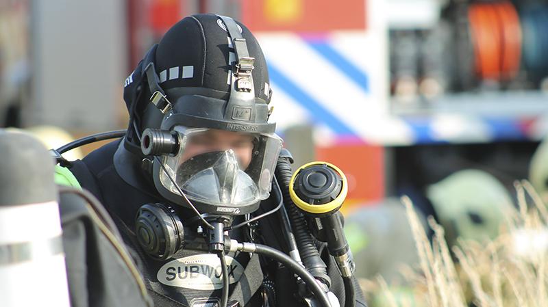 Brandweerduikers zoeken naar inzittende van auto te water bij Willemstad