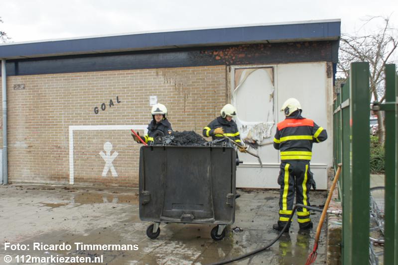 Schoolgebouw beschadigd na containerbrand in Dinteloord