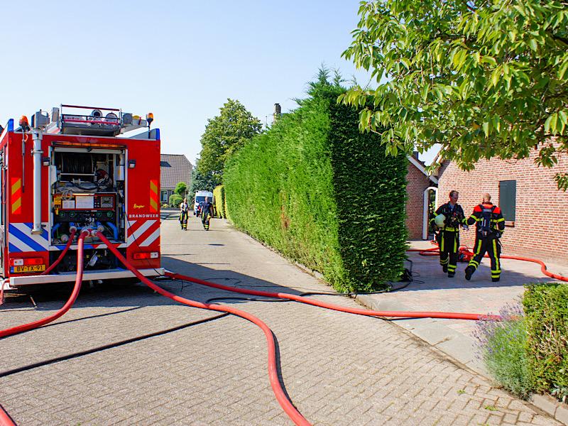 Brandweer blust brandende overkapping in Dinteloord