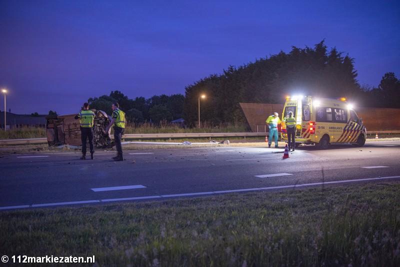 Auto op zijn kant bij eenzijdig ongeval bij Halsteren