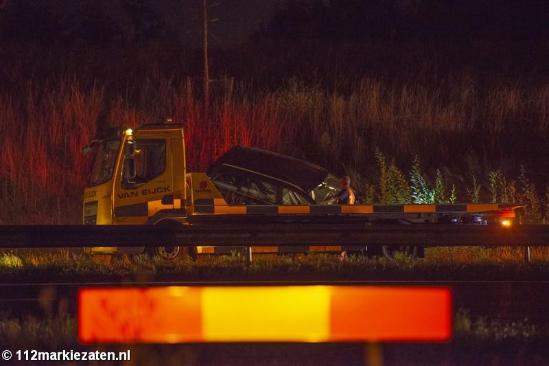 Auto eindigt tegen talud na ongeval op A4 bij Lepelstraat