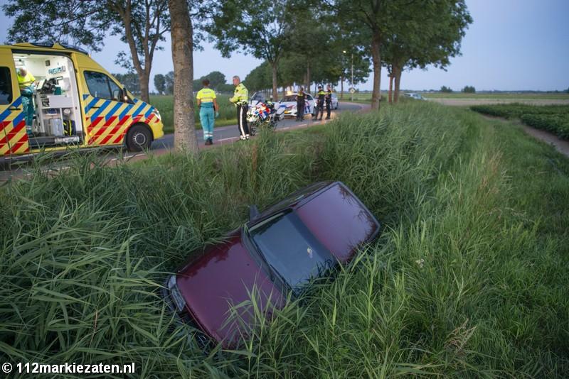 Auto in de sloot bij eenzijdig ongeval Nieuw-Vossemeer