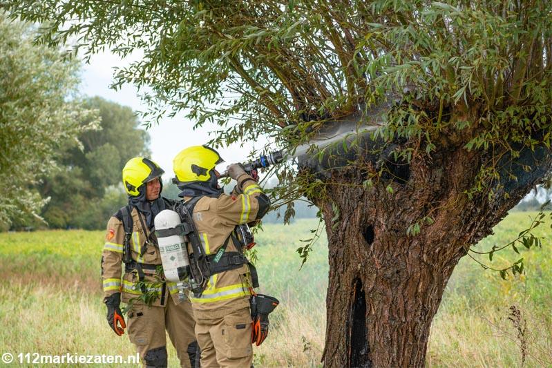 Holle boom in brand gestoken bij Oud-Vossemeer