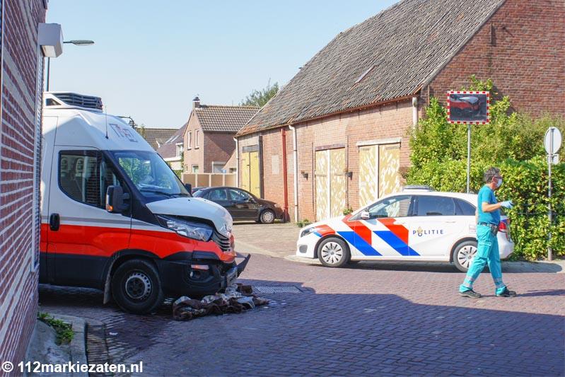 Taxi en bestelbus botsen op kruispunt in Oud-Vossemeer
