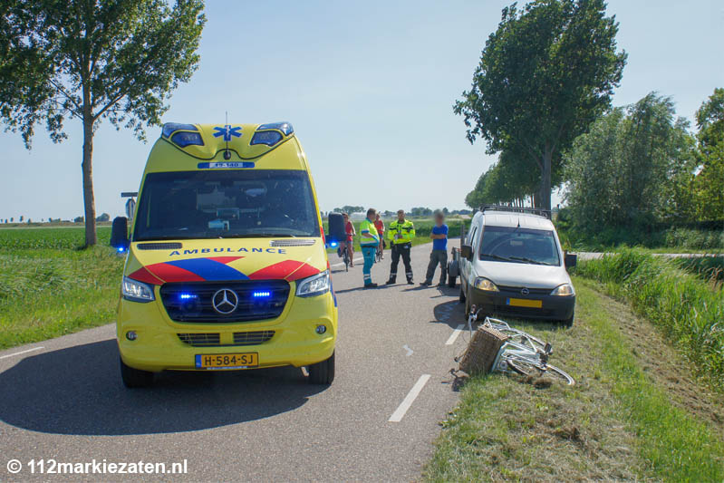 Aanrijding tussen bestelbus en fietsster bij Oud-Vossemeer